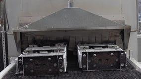 Les détails vont sur une bande de conveyeur dans le four pour la cuisson Le processus de l'entreprise industrielle banque de vidéos