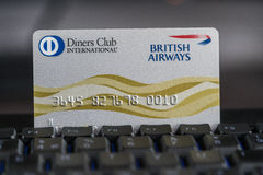 Les dîneurs matraquent la carte de crédit de British Airways sur un clavier Images stock