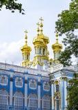 Les dômes d'or honorent le dessus de la chapelle chez Catherine Palace Photographie stock libre de droits