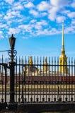 Les dômes de la cathédrale de St Peter et de Paul vue par la barrière du musée de l'artillerie Photo libre de droits