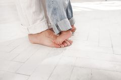 Les daddys et ses pieds de fils de neuf mois Image libre de droits