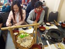 Les dames asiatiques prennent le déjeuner dans le restaurant japonais Photographie stock libre de droits