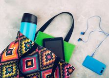 Les dames de textile ont coloré le sac avec la tablette, le carnet et le Th image libre de droits