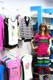 Les dames façonnent le débouché pour les ventes au détail en Inde image libre de droits