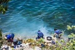 Les dames indig?nes de Maya lavent la blanchisserie au bord de lac, San Antonio Palopo, lac Atitlan, Guatemala images stock