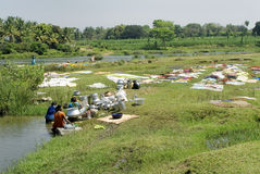 Les dames rurales de l'Inde se sont engagées dans les tissus et des ustensiles de lavage Photo stock