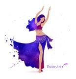 les danses attrayantes de danseur de danse de ventre préparent l'orange est de fille Photographie stock libre de droits