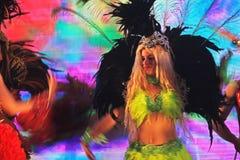 Les danseurs brésiliens de samba exécutant au trophée de coupe du monde de la FIFA voyagent Photographie stock libre de droits