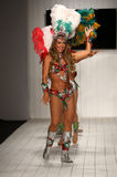 Les danseurs brésiliens exécutent sur la piste pendant le défilé de mode de CA-RIO-CA Image stock
