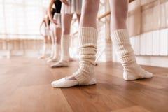 Les danseurs classiques de filles préparent dans la classe de ballet Image libre de droits
