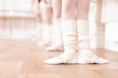 Les danseurs classiques de filles préparent dans la classe de ballet Photos stock