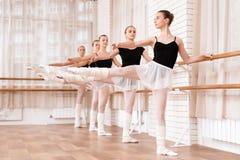 Les danseurs classiques de filles préparent dans la classe de ballet Photo libre de droits