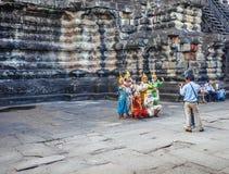 Les danseurs d'Apsara exécute pour des touristes au temple d'Angkor Vat Images libres de droits