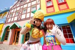 Les danseurs dans des costumes participent à un défilé Image stock