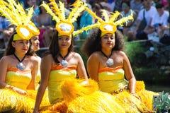 Les danseurs de Tahitian sur un canoë flottent au centre culturel polynésien photos libres de droits
