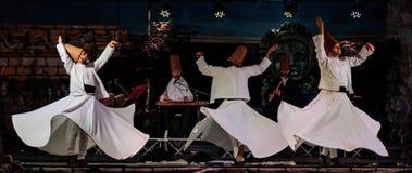 Les danseurs de tourbillonnement turcs ou danseurs de tourbillonnement de Sufi chez Spirito photo stock