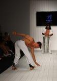Les danseurs exécutent le capoeira sur la piste pendant le défilé de mode de CA-RIO-CA Photographie stock libre de droits