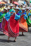 Les danseurs féminins dans la couleur lumineuse s'habillent en Equateur Photos stock