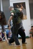 les danseurs improvisent sur le contact de danseurs de confiture Photo libre de droits
