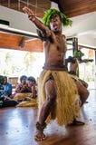Les danseurs masculins indigènes amusent des touristes à une station de vacances des Fidji images libres de droits