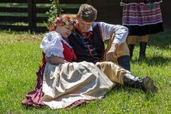 Les danseurs polonais de jeunes dans le costume traditionnel, exécutent dans une exposition 1 Image stock
