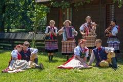 Les danseurs polonais de jeunes dans le costume traditionnel exécutent dans une exposition Images libres de droits