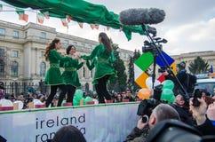 Danseurs roumains exécutant la danse de rivière Photos stock