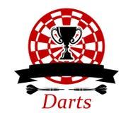 Les dards symbolisent avec la tasse de trophée Photos libres de droits