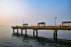 Les Davis Pier entlang Ruston-Weisen-Ufergegend stockfotografie