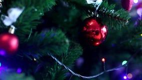 les décorations de copie de Noël orientent l'arbre rouge de l'espace de grand ornement d'or clips vidéos