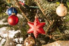 les décorations de Noël de fond ont isolé le blanc d'arbre Photographie stock