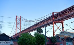 Les 25 De Abril Bridge - construction en acier Images stock