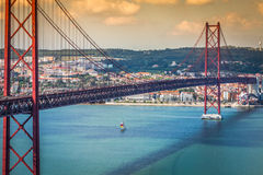 Les 25 De Abril Bridge est un pont reliant la ville de Lisbonne Photo stock