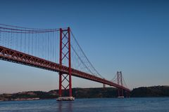 Les 25 De Abril Bridge la nuit Photos stock