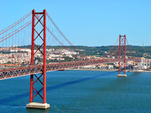 Les 25 De Abril Bridge, Lisbonne Portugal Photos stock