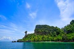 Îles de Krabi avec le ciel bleu de la Thaïlande Image libre de droits
