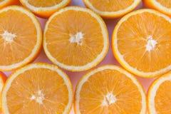 Les demi oranges, orange coupée en tranches porte des fruits plan rapproché Image libre de droits