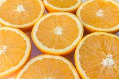 Les demi oranges, orange coupée en tranches porte des fruits plan rapproché Photos libres de droits