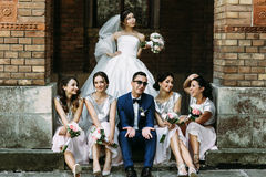 Les demoiselles d'honneur dans les robes fascinantes ont juste marié des couples Image stock