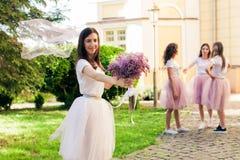 Les demoiselles d'honneur de rassemblement de jeune mariée sur la partie de poule Photo libre de droits