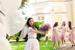 Les demoiselles d'honneur de rassemblement de jeune mariée sur la partie de poule Photos libres de droits
