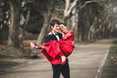 Les demoiselles d'honneur et les garçons d'honneur du mariage couplent la pose en parc Image stock