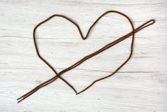 Les dentelles de Brown ont formé au coeur sur le fond en bois, Va Photos libres de droits
