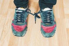 Les dentelles de chaussures ont attaché entre eux au jour b d'imbécile d'aprill image stock