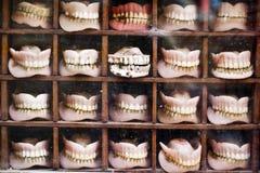 Les dentiers stockent, Katmandou, Népal image stock