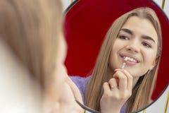 Les dents blanchissant la fille de proc?dure prennent la nuance des dents images stock