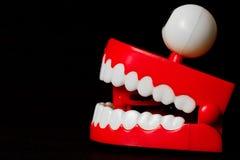 Les dents de vibration jouent du côté avec la bouche ouverte Image stock