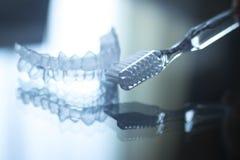 Les dents dentaires invisibles encadre des arrêtoirs et le toothbrus de dispositifs d'alignement images libres de droits