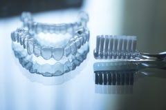 Les dents dentaires invisibles encadre des arrêtoirs et le toothbrus de dispositifs d'alignement photos libres de droits