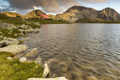 Les derniers rayons du soleil au-dessus du lac et du Kamenitsa Tevno font une pointe, montagne de Pirin Photos stock